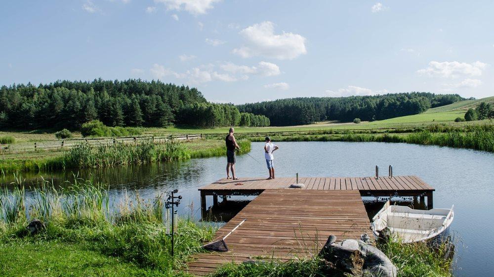 Dlaczego warto spędzić wakacje nad jeziorem? 5 zalet takiego wypoczynku